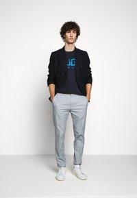 HUGO - DOLIVE - Print T-shirt - dark blue - 1