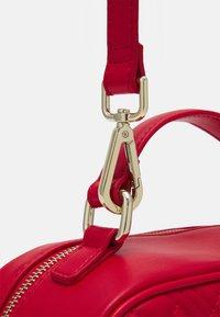 Love Moschino - CAMERA BAG RED EXCLUSIVE - Sac à main - red - 5