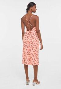 Bershka - MIT BLUMENPRINT  - Sukienka z dżerseju - pink - 2