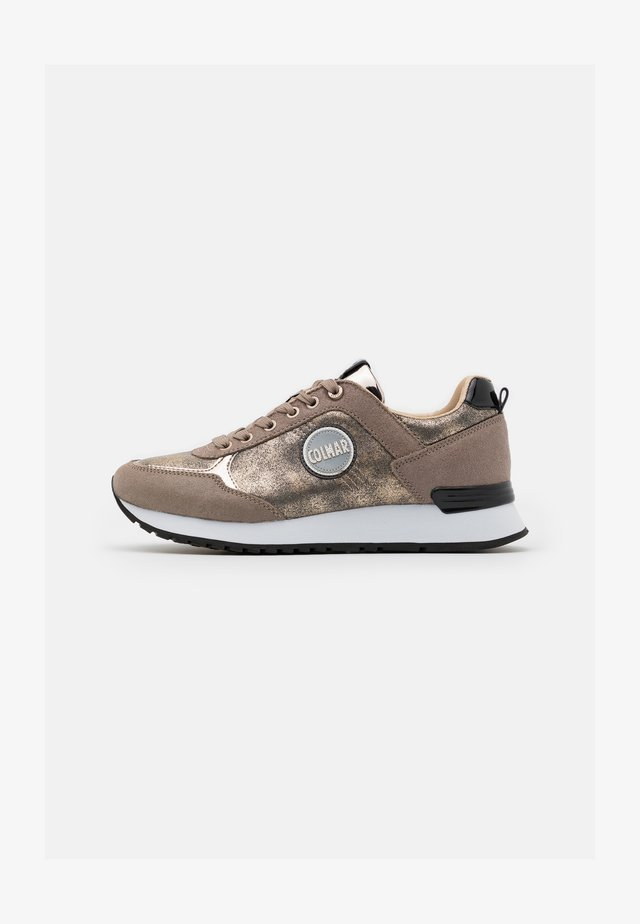 TRAVIS PUNK - Sneakers basse - beige/light gold