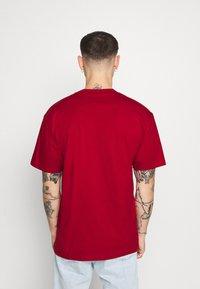 Karl Kani - SMALL SIGNATURE BOX TEE - Basic T-shirt - dark red - 3