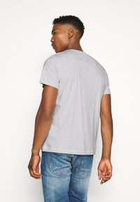 Tommy Jeans - CHEST CORP TEE UNISEX - T-shirt med print - silver grey - 2