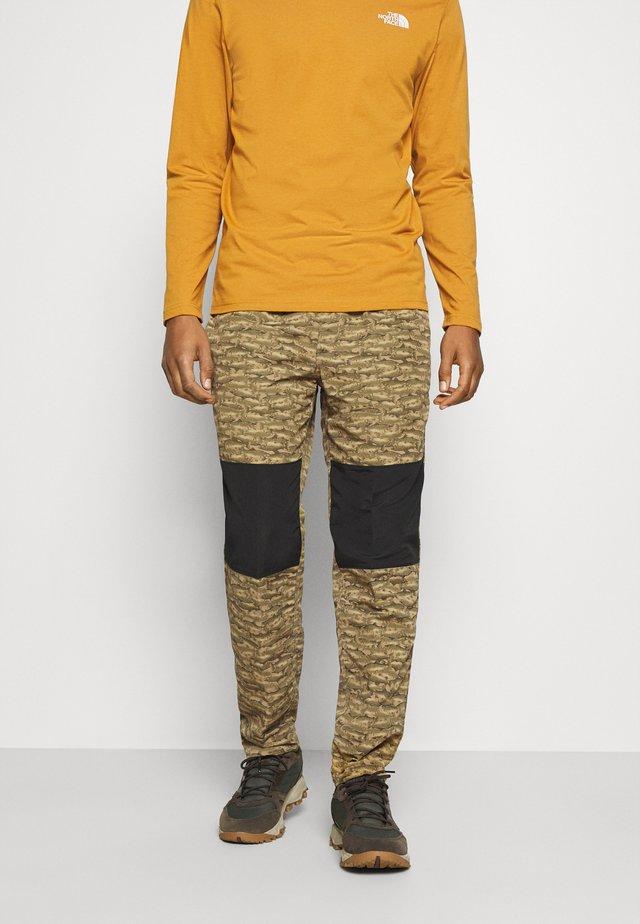 CLASS PANT - Pantalones - tan/black