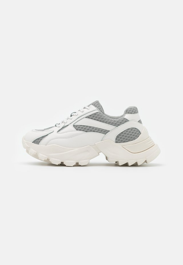 CURVED TREKKING SOLE TRAINERS - Sneakers laag - white/grey