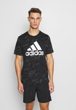 ESSENTIALS SPORTS SHORT SLEEVE GRAPHIC TEE - T-shirt z nadrukiem - black/white