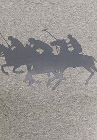 Polo Ralph Lauren - TEE SHORT SLEEVE - T-shirt z nadrukiem - dark vintage heather - 2