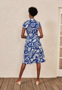 Boden - ROWENA  - Shirt dress - gipfelblau/tropischer garten - 2