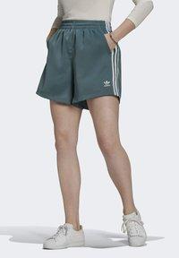 adidas Originals - SATIN SHORTS ADICOLOR ORIGINALS LOOSE - Shorts - hazy emerald - 0