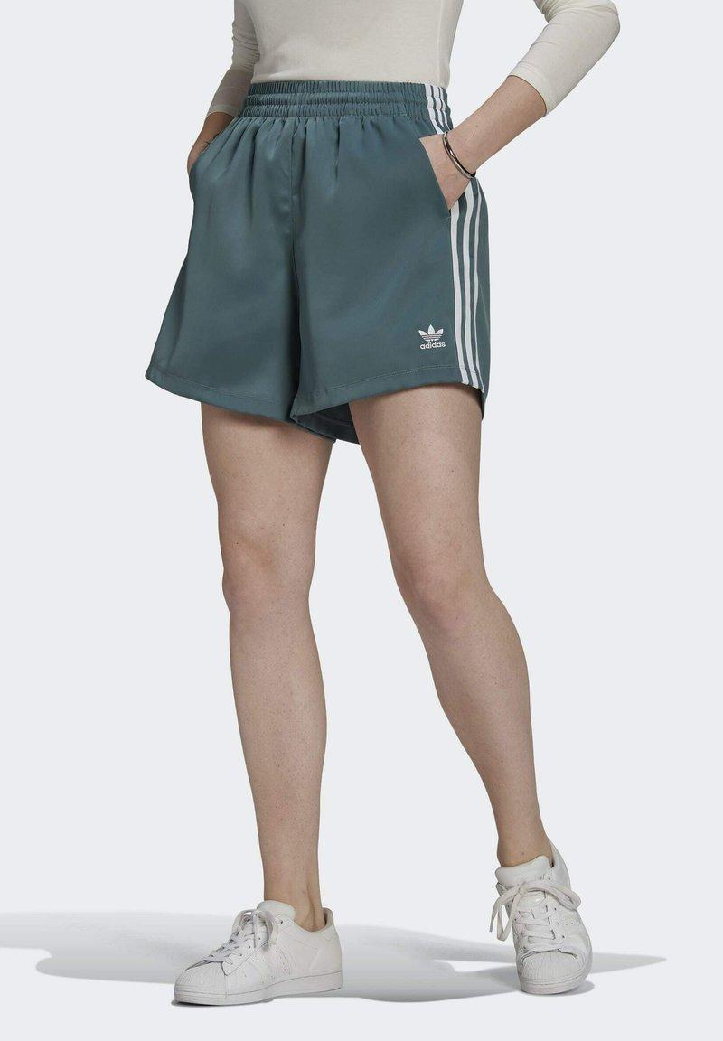 adidas Originals - SATIN SHORTS ADICOLOR ORIGINALS LOOSE - Shorts - hazy emerald
