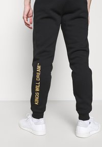 Kings Will Dream - CANEYJOGGER - Pantaloni sportivi - black/gold - 4