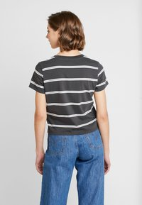 Levi's® - GRAPHIC SURF TEE - T-shirt imprimé - mottled dark grey - 2