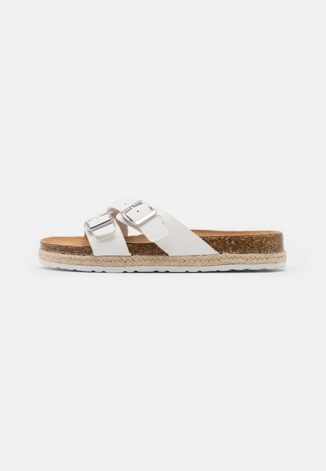 FOXY DOUBLE BUCKLE FOOTBED - Pantoffels - white