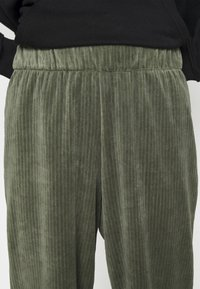 Monki - CORIE TROUSERS - Kalhoty - green - 4
