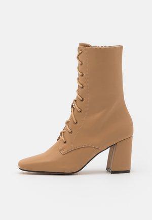 AVRI - Šněrovací kotníkové boty - nude