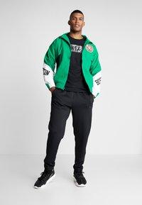 Mitchell & Ness - NBA BOSTON CELTICS MIDSEASON 2.0 - Verryttelytakki - green - 1