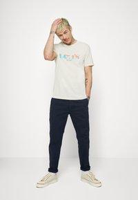 Levi's® - GRAPHIC CREWNECK TEE UNISEX - Print T-shirt - neutrals - 1