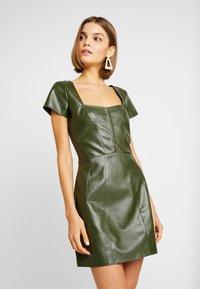 Missguided - JORDAN LIPSCOMBE PU MILKMAID DRESSHOOK & EYE - Vestido informal - khaki - 0