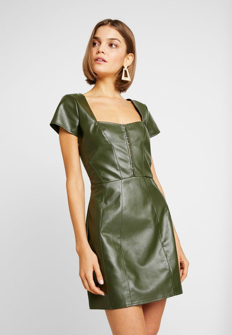 Missguided - JORDAN LIPSCOMBE PU MILKMAID DRESSHOOK & EYE - Vestido informal - khaki