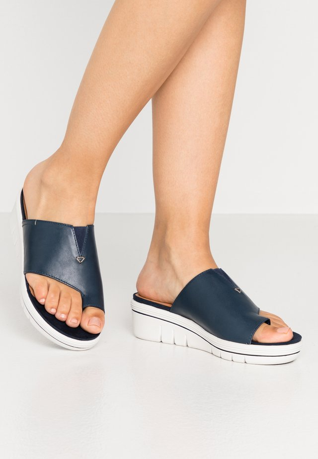 Pantofle na podpatku - navy