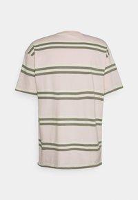 Nike SB - TEE STRIPE UNISEX - Print T-shirt - orange pearl - 1
