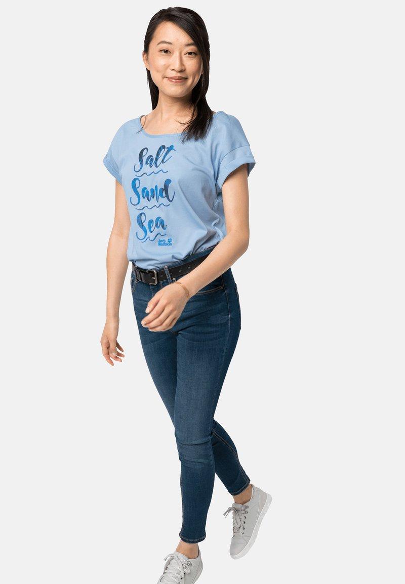 Jack Wolfskin - SALT SAND SEA - Print T-shirt - ice blue