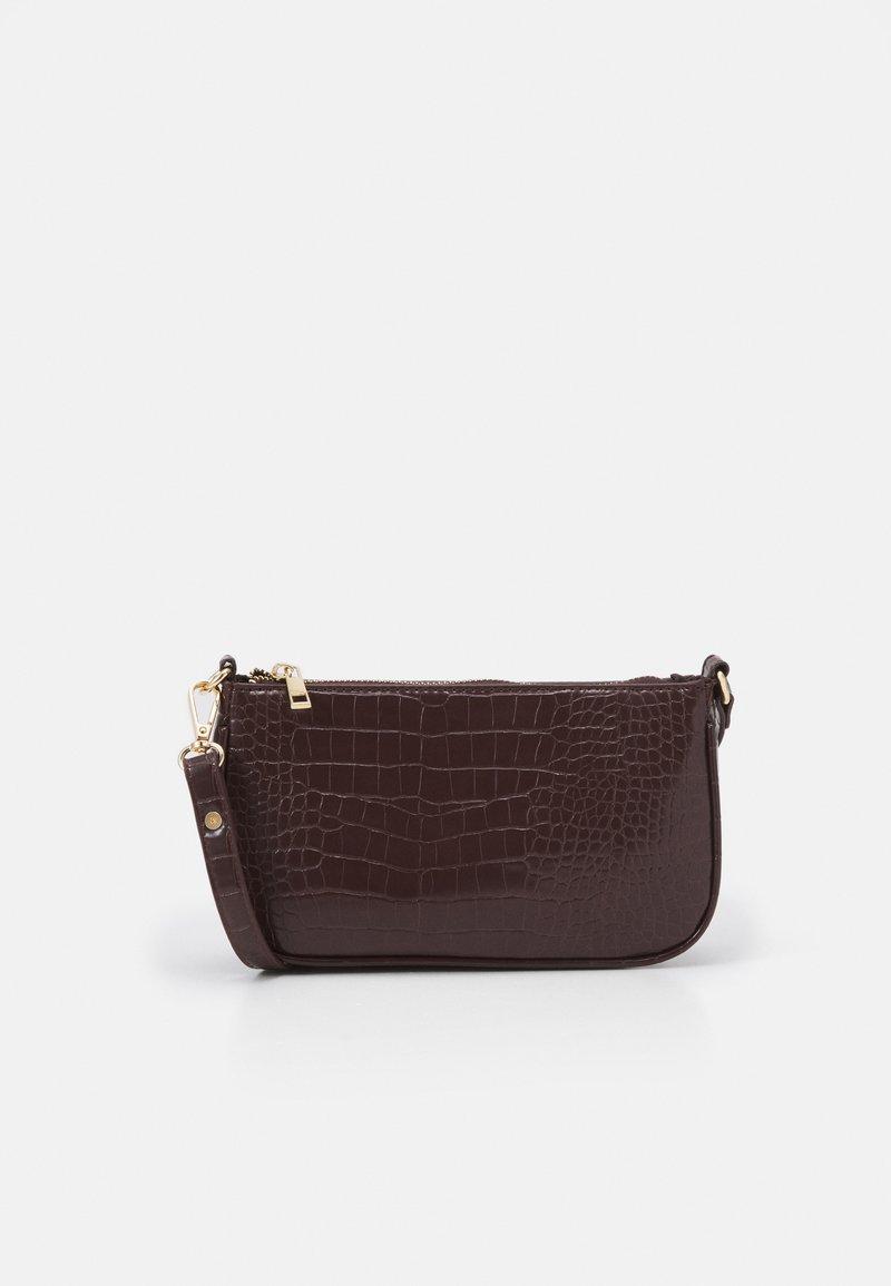ONLY - ONLBELINDA BAGETTE BAG - Håndtasker - chocolate brown
