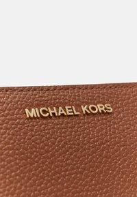 MICHAEL Michael Kors - JET SET WRISTLET - Wallet - luggage - 3