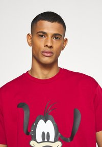 Levi's® - DISNEY MICKEY AND FRIENDS TEE - Print T-shirt - crimson - 3