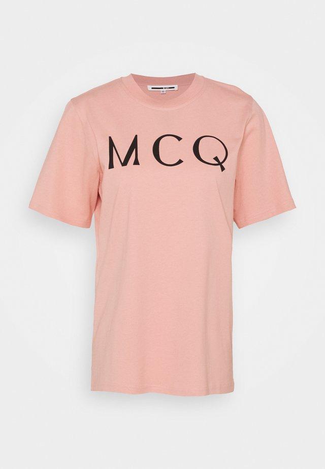 BAND TEE - T-shirt z nadrukiem - cameo pink