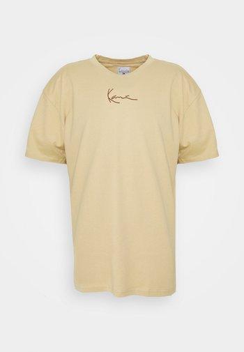 SMALL SIGNATURE TEE UNISEX - Print T-shirt - sand