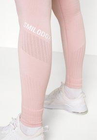Smilodox - SEAMLESS LEGGINGS  - Punčochy - rosa - 3