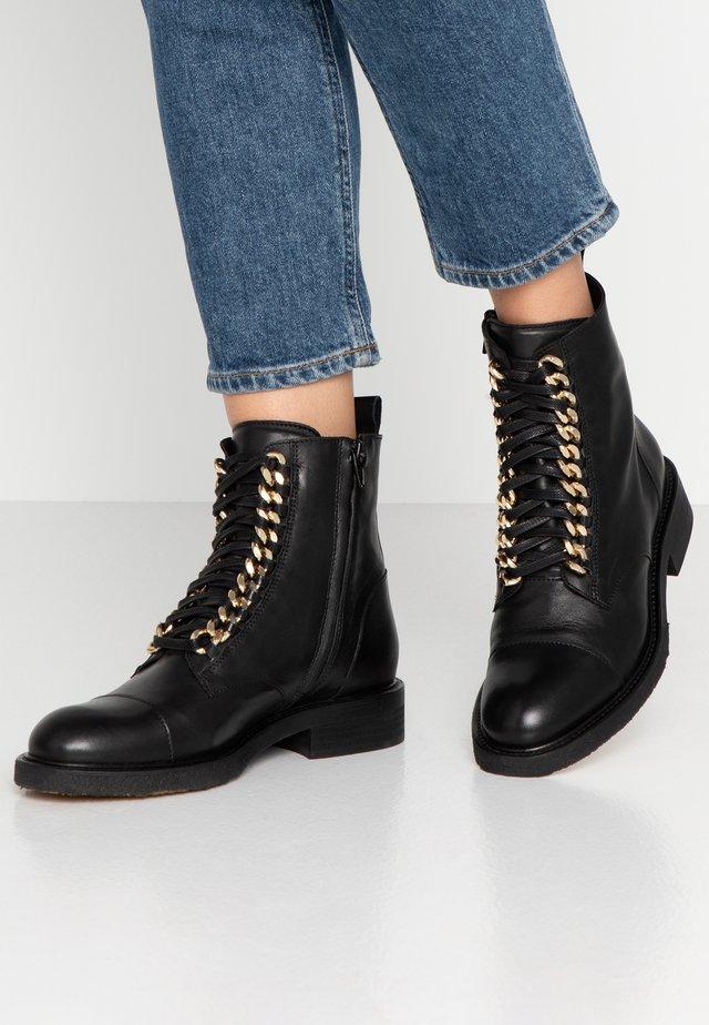 Cowboy/biker ankle boot - black/gold