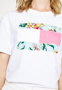 Tommy Jeans - HAWAII FLAG TEE - Print T-shirt - white - 6