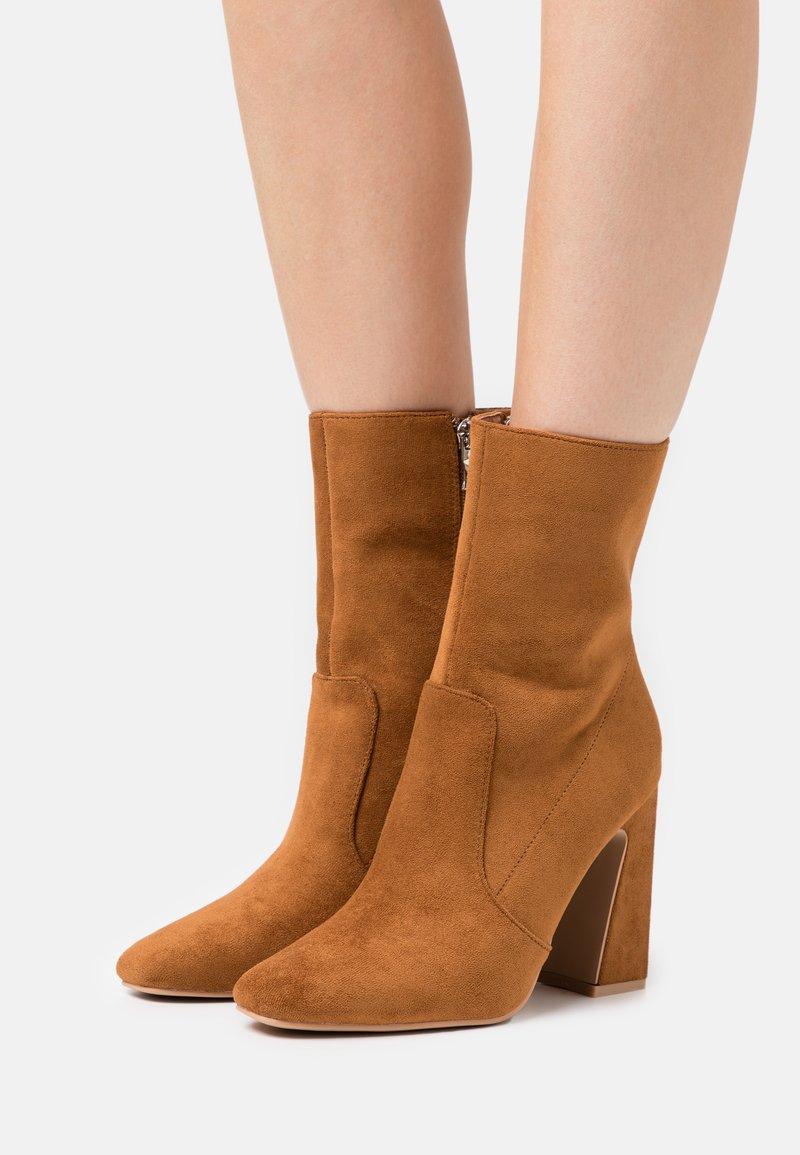 RAID - NARESSA - Kotníková obuv na vysokém podpatku - tan