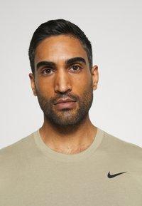 Nike Performance - DRY TEE CREW SOLID - Basic T-shirt - mystic stone/black - 4