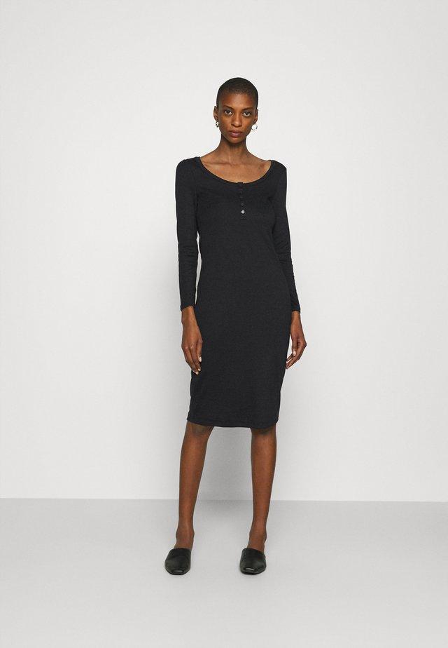 Pouzdrové šaty - true black