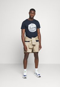 Jack & Jones - JORTANNER TEE CREW NECK - T-shirt print - navy blazer - 1