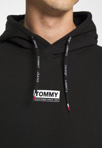 Tommy Jeans - ESSENTIAL GRAPHIC HOODIE - Sweat à capuche - black - 4