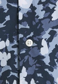 Tommy Hilfiger - FLORAL CAMO SHIRT - Skjorta - dark blue/white - 5