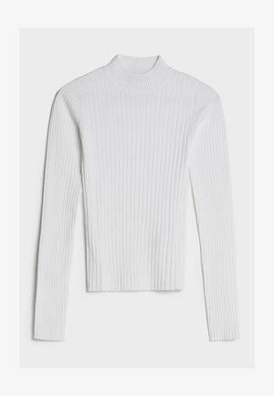MIT GERIPPTEM STEHKRAGEN - Pullover - white