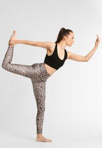 Onzie - HIGH RISE LEGGING - Legging - leopard - 1