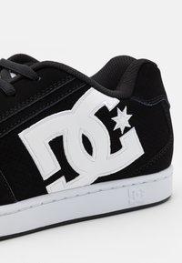 DC Shoes - NET UNISEX - Skate shoes - black/white - 5