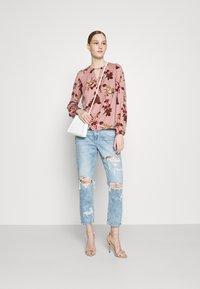American Eagle - MOM - Slim fit jeans - rustic blue - 1