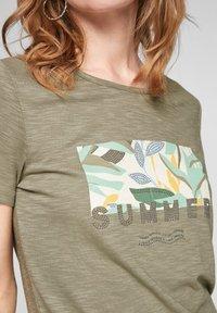 s.Oliver - Print T-shirt - summer khaki placed artwork - 4