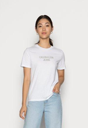 EASY INSTITUTIONAL TEE - T-shirt z nadrukiem - bright white