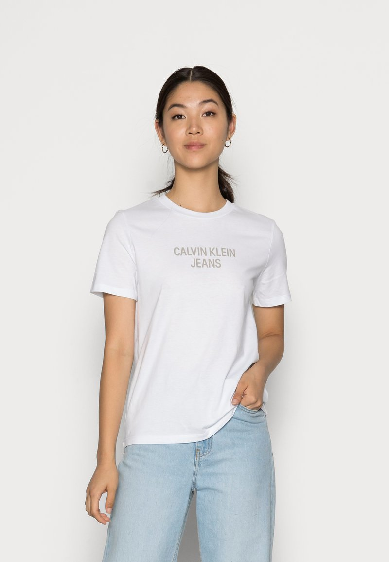 Calvin Klein Jeans - EASY INSTITUTIONAL TEE - Triko spotiskem - bright white