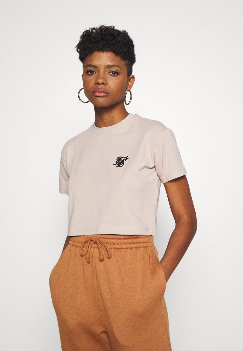 SIKSILK - RETRO BOX FIT CROP TEE - Print T-shirt - beige