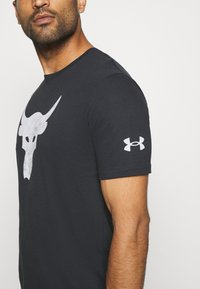 Under Armour - ROCK BRAHMA BULL - T-shirt z nadrukiem - black - 4