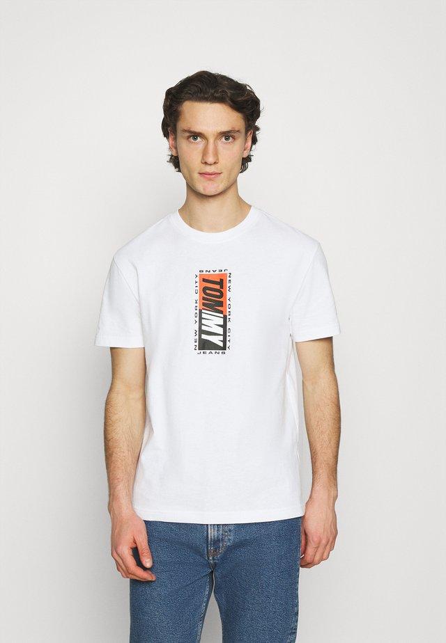 VERTICAL GRAPHIC TEE UNISEX - Camiseta estampada - white