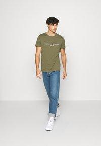 Tommy Hilfiger - LOGO TEE - Print T-shirt - green - 1